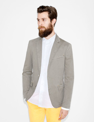 Yellow Chinos with Grey Blazer Outfits: A grey blazer and yellow chinos worn together are a nice match.