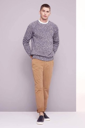 Team a grey crew-neck sweater with camel chinos for an easy to wear, everyday look. Round off this look with slip-on sneakers.