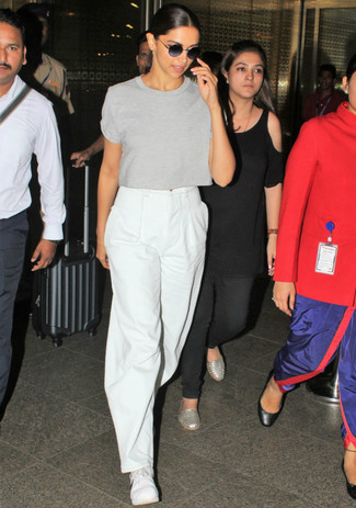 How to wear: grey crew-neck t-shirt, white wide leg pants, white low top sneakers