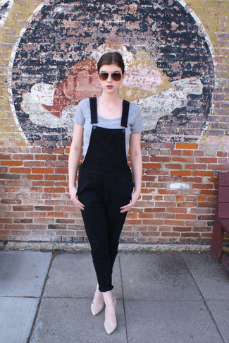 A silver cropped top and black denim overalls is a great combo to add to your casual repertoire. Lift up your ensemble with beige leather pumps. As this combo clearly shows, you can't think of a better choice for summertime.