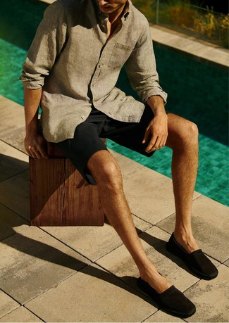 A grey linen long sleeve shirt and black shorts are absolute must-haves if you're planning a casual wardrobe that holds to the highest style standards. A pair of espadrilles will seamlessly integrate within a variety of combos. Seeing as it's hot outside, this combo is ideal and entirely summer-friendly.