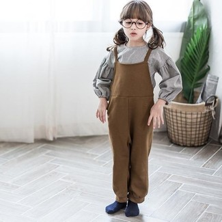 How to wear: grey long sleeve shirt, brown overalls, navy socks