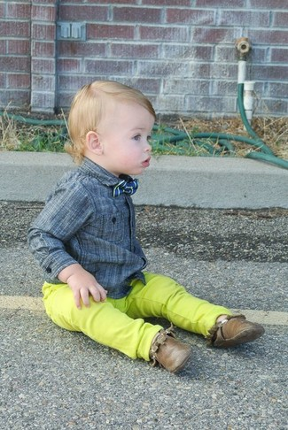 How to wear: grey long sleeve shirt, green-yellow jeans, brown desert boots, blue bow-tie