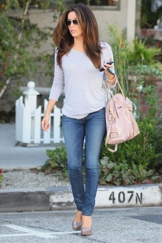 How to wear: grey long sleeve t-shirt, blue jeans, grey leather pumps, pink leather tote bag