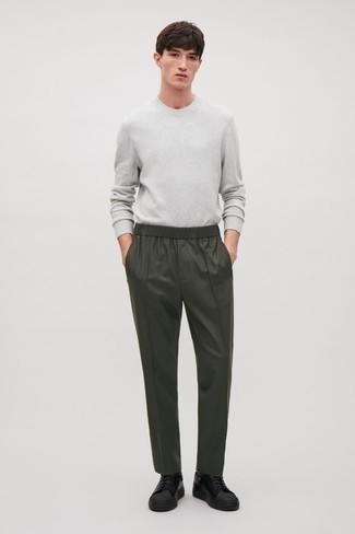 Grey Long Sleeve T-Shirt Outfits For Men: Extra dapper and functional, this off-duty pairing of a grey long sleeve t-shirt and dark green chinos delivers amazing styling possibilities. If in doubt as to the footwear, complete your look with a pair of black leather low top sneakers.