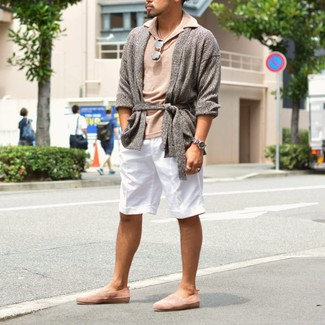 How to wear: grey open cardigan, beige polo, white shorts, pink suede slip-on sneakers