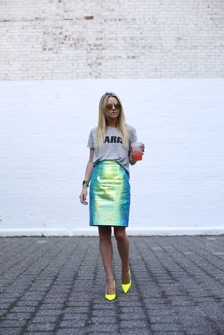 How to wear: grey print crew-neck t-shirt, green leather pencil skirt, green-yellow leather pumps