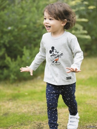 How to Wear a Grey Print Long Sleeve T-Shirt For Girls: Reach for a grey print long sleeve t-shirt and navy star print leggings for your kid for a fun day out at the playground. As far as footwear is concerned, suggest that your tot go for a pair of white sneakers.
