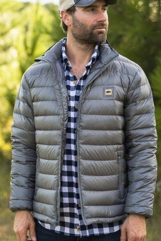 A grey puffer jacket and navy jeans are a savvy combo that will earn you the proper amount of attention. You can bet this outfit is the answer to all of your transitional wear problems.