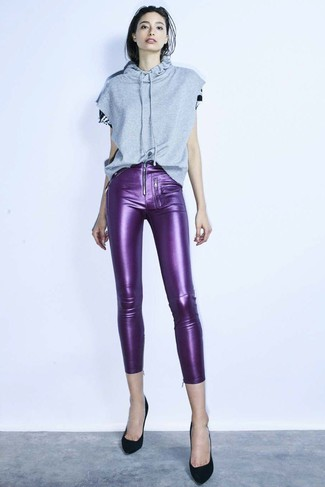 This pairing of a grey short sleeve hoodie and violet leather skinny pants exudes comfortand functionality and allows you to keep it low profile yet contemporary. Grab a pair of black suede pumps to take things up a notch. Nothing like a cool combo to cheer up a gloomy autumn afternoon.