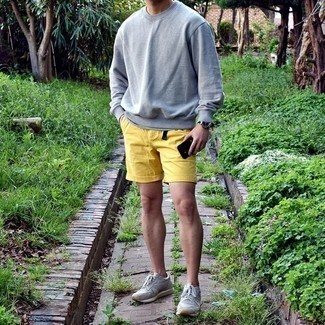 Grey Sweatshirt Outfits For Men In Their 30s: A grey sweatshirt looks especially nice when paired with mustard shorts. And if you want to effortlessly tone down your outfit with shoes, introduce grey athletic shoes to the equation. When it comes to casual fashion tips for maturing men, this outfit is perfect.