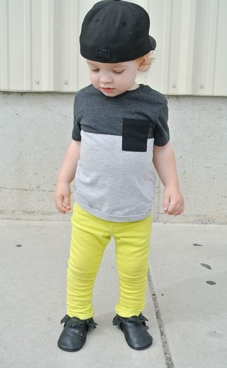 How to wear: grey t-shirt, green-yellow jeans, black desert boots, black baseball cap