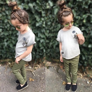 Girls' Looks & Outfits: What To Wear In 2020: Suggest that your darling wear a grey t-shirt and olive jeans for a trendy and easy going look. Black ballet flats are a good choice to finish this outfit.