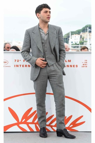 How to wear: grey three piece suit, grey print long sleeve shirt, black leather oxford shoes