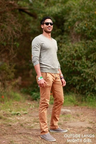Make a grey v-neck pullover and tan chinos your outfit choice to create a great weekend-ready look. Finish off this look with slip-on sneakers.