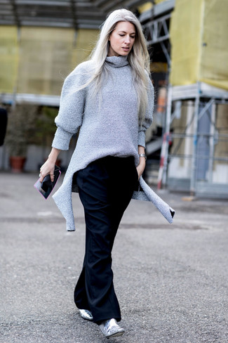 Tap into refined, elegant style with a grey wool turtleneck and black wide leg pants. Round off with silver leather ankle boots and off you go looking smashing. Rest assured, this ensemble will keep you warm as well as looking chic in this summer-to-fall weather.