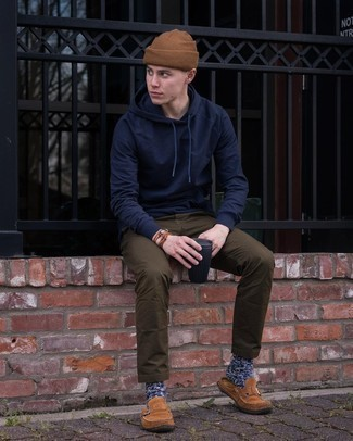 Brown Bracelet Outfits For Men: A navy hoodie and a brown bracelet are the ideal way to infuse extra cool into your current casual lineup. Here's how to level up this look: brown suede loafers.
