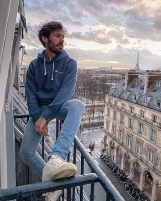 Silver Watch Outfits For Men: A blue hoodie and a silver watch are the kind of a never-failing off-duty getup that you so awfully need when you have no time. Want to play it up when it comes to footwear? Complement this look with a pair of white leather low top sneakers.
