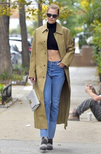 Pense à marier un imperméable marron clair avec un jean bleu clair pour une tenue confortable aussi composée avec goût. Fais d'une paire de des bottines en daim grises foncées ton choix de souliers pour afficher ton expertise vestimentaire.