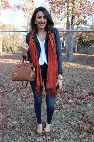 Consider wearing a black leather jacket and navy skinny jeans for a casual level of dress. Rock a pair of brown leopard suede ballet flats for a more relaxed feel.