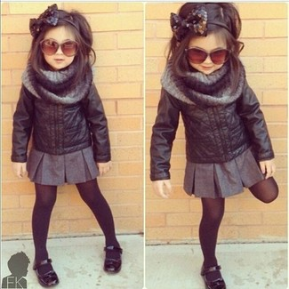 How to Wear a Grey Scarf For Girls: Suggest that your daughter wear a black leather jacket with a grey scarf for a comfy outfit. Black ballet flats are a wonderful choice to finish this getup.