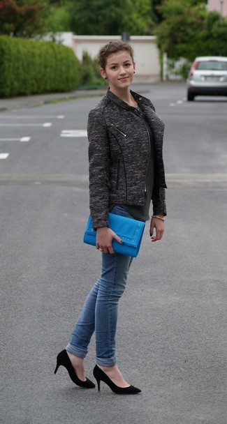 Dress in a jacket and blue skinny jeans to create a chic, glamorous look. When it comes to footwear, this look pairs perfectly with black suede pumps. A neat look that will take you from summer to fall like this one makes it very easy to embrace the new season.
