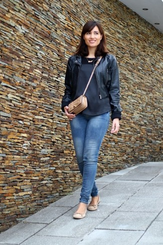 A nicely put together combination of a black silk sleeveless top and blue skinny jeans will set you apart effortlessly. Cream suede ballerina shoes will add a new dimension to an otherwise classic look.