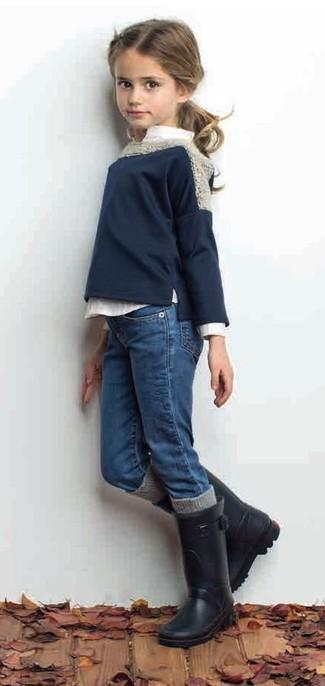 Cómo combinar: jersey azul marino, camisa de vestir blanca, vaqueros azules, botas de lluvia negras