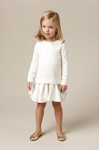 Cómo combinar: jersey blanco, falda blanca, bailarinas doradas