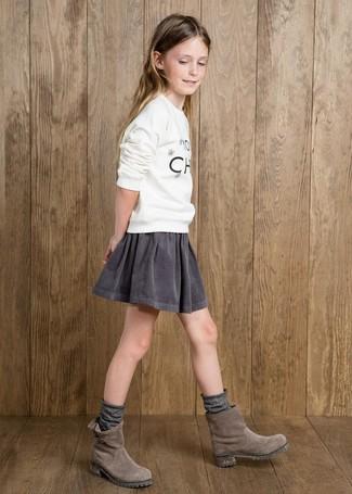 Cómo combinar: jersey estampado blanco, falda gris, botas de ante grises, calcetines grises