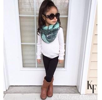 Cómo combinar: jersey blanco, leggings negros, botas marrónes, bufanda en verde menta