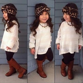 Cómo combinar: jersey blanco, leggings negros, botas marrónes