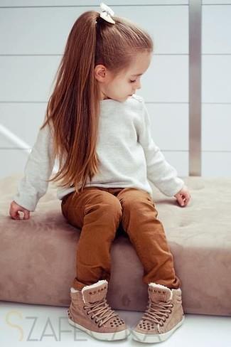Cómo combinar: jersey blanco, pantalones en tabaco, zapatillas marrónes
