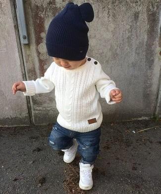 Cómo combinar: jersey blanco, vaqueros desgastados azules, zapatillas blancas, gorro azul marino