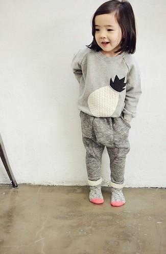 Cómo combinar: jersey bordado gris, pantalón de chándal gris, calcetines grises
