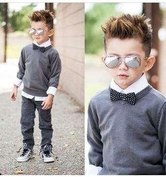 Cómo combinar: jersey gris, camisa de manga larga blanca, vaqueros grises, zapatillas blancas