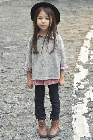 Cómo combinar: jersey gris, camisa de vestir roja, vaqueros negros, botas marrónes
