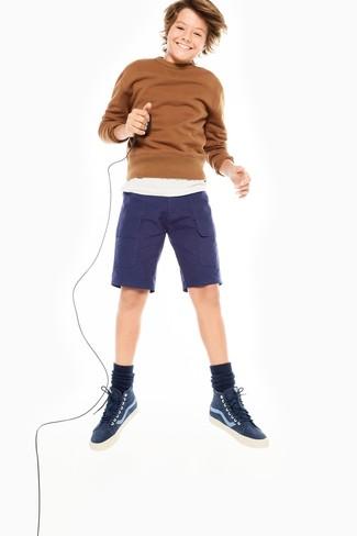 Cómo combinar: jersey marrón, camiseta blanca, pantalones cortos azul marino, zapatillas azul marino