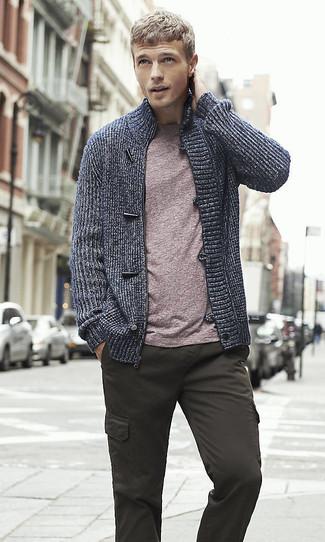 Cómo combinar: jersey con cremallera azul marino, camiseta con cuello circular morado, pantalón cargo en gris oscuro