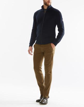 Cómo combinar: jersey con cremallera azul marino, camiseta con cuello circular verde oliva, pantalón chino marrón claro, botines chelsea de cuero marrónes