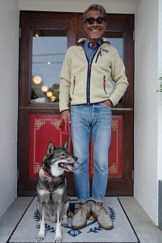Cómo combinar: jersey con cremallera de forro polar en beige, camisa de manga larga a cuadros azul, vaqueros celestes, botas safari de ante grises