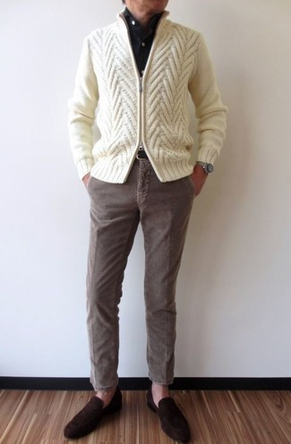 Cómo combinar: jersey con cremallera de punto en beige, camisa de vestir negra, pantalón chino de pana marrón, mocasín de ante en marrón oscuro
