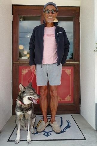 Cómo combinar: jersey con cremallera de forro polar negro, camiseta con cuello circular rosada, pantalones cortos grises, mocasín de ante en beige