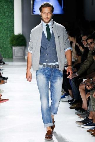 Cómo combinar: jersey con cremallera gris, chaleco de vestir azul, camisa de manga larga de rayas verticales celeste, vaqueros pitillo celestes
