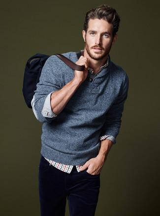 Cómo combinar: jersey con cuello chal azul, camisa de manga larga de tartán en blanco y rojo y azul marino, vaqueros de pana azul marino, bolsa tote de lona azul marino
