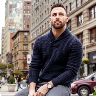 Cómo combinar: jersey con cuello chal azul marino, pantalón de vestir gris, reloj de cuero en marrón oscuro