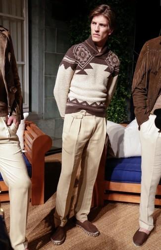 Cómo combinar: jersey con cuello chal de grecas alpinos marrón, pantalón de vestir de lino en beige, alpargatas de lona en marrón oscuro