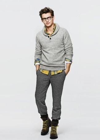 Cómo combinar: jersey con cuello chal gris, camisa de manga larga de tartán amarilla, pantalón de vestir de lana en gris oscuro, botas de trabajo de ante en marrón oscuro