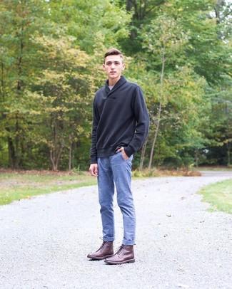 Cómo combinar: jersey con cuello chal negro, camiseta con cuello circular gris, pantalón chino de cambray azul, botas casual de cuero burdeos