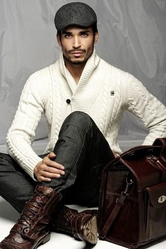 Cómo combinar: jersey con cuello chal de punto blanco, vaqueros pitillo en gris oscuro, botas brogue de cuero burdeos, bolso baúl de cuero burdeos